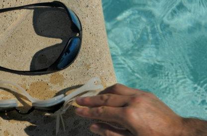 Lunettes de soleil et piscine