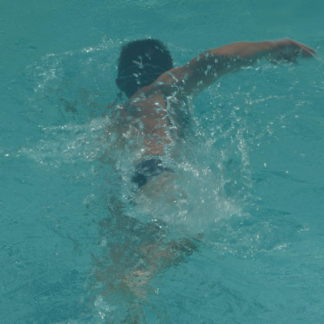 Nageur dans piscine en gros plan