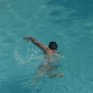 Nageur dans piscine au téléobjectif