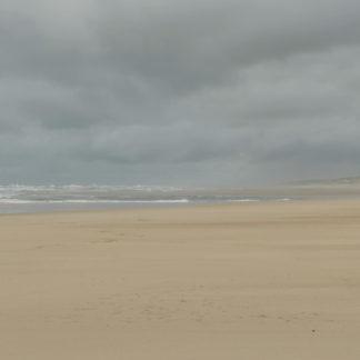 Plan fixe sur plage des Landes sous la tempête.