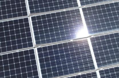 Travelling drone gros plan sur panneaux solaires